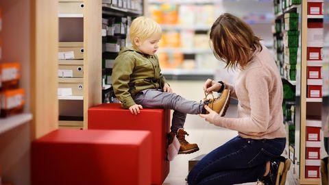 Beim Schuhe kaufen müssen die Füße gemessen werden