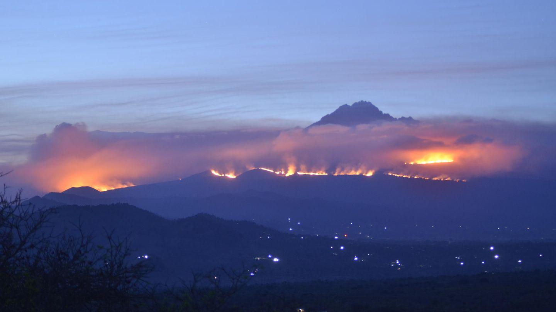 Tansania, Kilimandscharo: Weithin sichtbar sind die Rauchwolken eines Feuers auf dem Kilimandscharo
