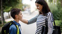Mutter berührt Wange ihres Kindes