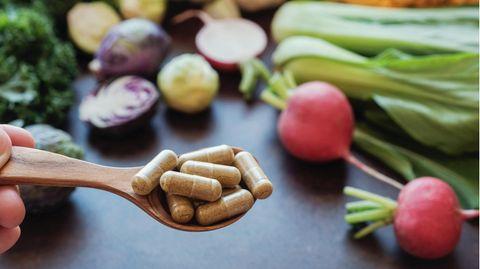 Nahrungsergänzungsmittel. Im Hintergrund Gemüse
