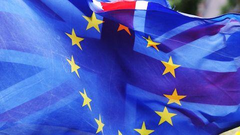 Flaggen der EU und Großbritanniens übereinander
