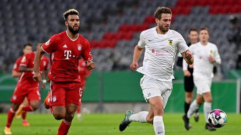 Eric Maxim Choupo-Moting (l) vom FC Bayern München und Mario Weber vom 1. FC Düren kämpfen um den Ball