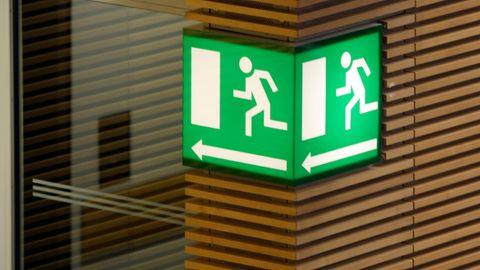 Nachrichten aus Deutschland: Schild weist auf einen Notausgang hin