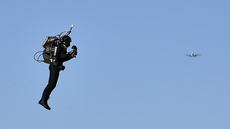 Hier fliegtDavid Mayman ein JB-10 Jetpack vor rund vier Jahren über London.