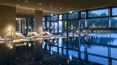 """Seezeitlodge Hotel & Spa,Gonnesweiler:17 Punkte, drei Lilien  Der vor drei Jahren eröffnete Wellness-Tempel liegtim Saarland an einem See: """"Alles verströmt eine einnehmende atmosphärische Qualität, angenehme und wohldurchdachte Grundrisse, gute Schalldämmung, viel Tageslicht und natürliche Materialien"""", urteilt der """"Relax Guide"""". Die Zimmer haben eine Größe zwischen 30 bis 64 Quadratmetern, teilweise einer Hängematte auf dem Balkon. Zum Spa gehört ein neun Meter langer, auch im Winter nutzbarer Außenpool und ein Ladys-Spa.  Preise: HP ab 174Euro, www.relax-guide.com/seezeitlodge"""