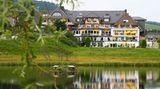 """Reppert, Hinterzarten:17Punkte, drei Lilien  An einem kleinenMoorsee im Schwarzwald liegt dieser bereits in der vierten Generation geführter Betrieb. """"Das ausschließlich Hotelgästen vorbehaltene Spa erfreut auf zwei Etagen mit verschiedenartigsten Variationen des Themas Wasser und Wärme, unter anderem gibt es einen auch im Winter nutzbaren, elf Meterlangen Außenpool"""", schreiben die Tester.  Preise: HP ab 145Euro, www.relax-guide.com/reppert"""