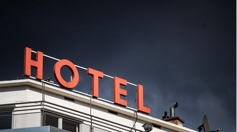 "Coronavirus-Beherbergungsverbote: ""Hotel""-Schriftzug in Stuttgart"