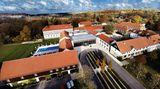 """Gräflicher Park Hotel & Spa, Bad Driburg:17 Punkte, drei Lilien  In der Nähe von Paderborn liegen die sechs Logierhäuser in einem 60 Hektar großen englischen Landschaftspark mit exotischen Bäumen und Ententeich. """"Das auch externen Gästen zugängliche Spa bietet einen großzügigen Außenbereich mit einem 25 m langen, auch im Winter nutzbaren Außenpool sowie schöne Sauna- und Ruhezonen."""" Auch medizinische Leistungen werden angeboten, """"sehr umfangreich sogar, der Fokus liegt auf medizinischen Check-ups, Ayurveda- und Mayrkuren.""""  Preise: HP ab 123,50 Euro,www.relax-guide.com/graeflicher-park-health-balance"""
