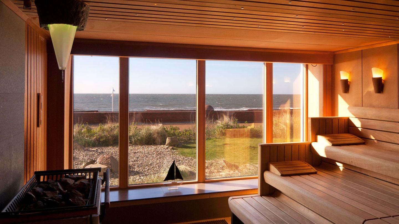 """Georgshöhe Strandhotel, Norderney:17 Punkte, drei Lilien  Das Haus liegt in erster Reihe direkt am Meer mit grandiosem Blick auf die Nordsee. Das weitläufige Spa ist auf Original-Thalasso spezialisiert, auf Behandlungen mit Algen, Meersalz und Seewasser. """"Unter anderem geboten werden schöne Ruhezonen, eine Schneekabine, ein bestens ausgestattetes Fitnessstudio, Liegewiese sowie drei Pools, darunter ein 25 Meterlanger Außenpool und ein 17 Meterlanger Innenpool"""", lautet die Beschreibung im neuen """"RelaxGuide"""".  Preise: HP ab107,50Euro,www.relax-guide.com/georgshoehe-strandhotel"""