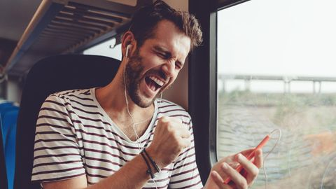 Mann singt in Handy