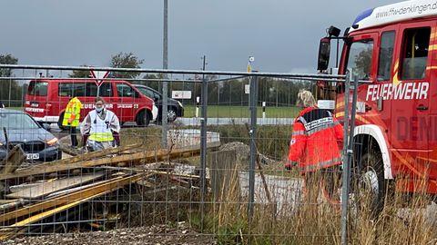 Nachrichten aus Deutschland: Einsatzkräfte stehen an der Unglücksstelle