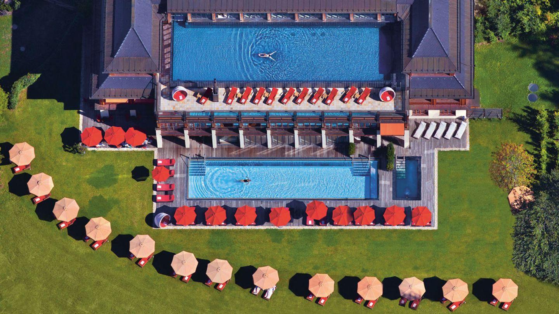 """Schloss Elmau, Elmau: 20 Punkte, vier Lilien  Es folgen die vier Häuser mit den Top-Bewertungen und mit voller Punktzahl: """"Ein unvergleichliches Luxusresort in traumhafter, geradezu atemraubender Alleinlage"""", schwärmen die Tester. """"Es besteht aus zwei Hotels, nämlich aus dem wegen seiner hochkarätigen Kulturveranstaltungen weithin bekannten Schloss (""""Hideaway"""") und dem 2015 eröffneten Luxury Suites & Spa Retreat. Insgesamt gibt es fünf große Außenpools – mit Längen zwischen 20 und 24 Metern.""""  Preise: HP ab 285,50Euro,www.relax-guide.com/schloss-elmau"""