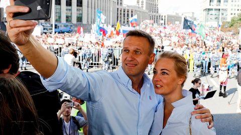 Alexej Nawalny mit seiner Frau Julia bei einer Kundgebung zur Unterstützung der Oppositionin Moskau im Juli 2019