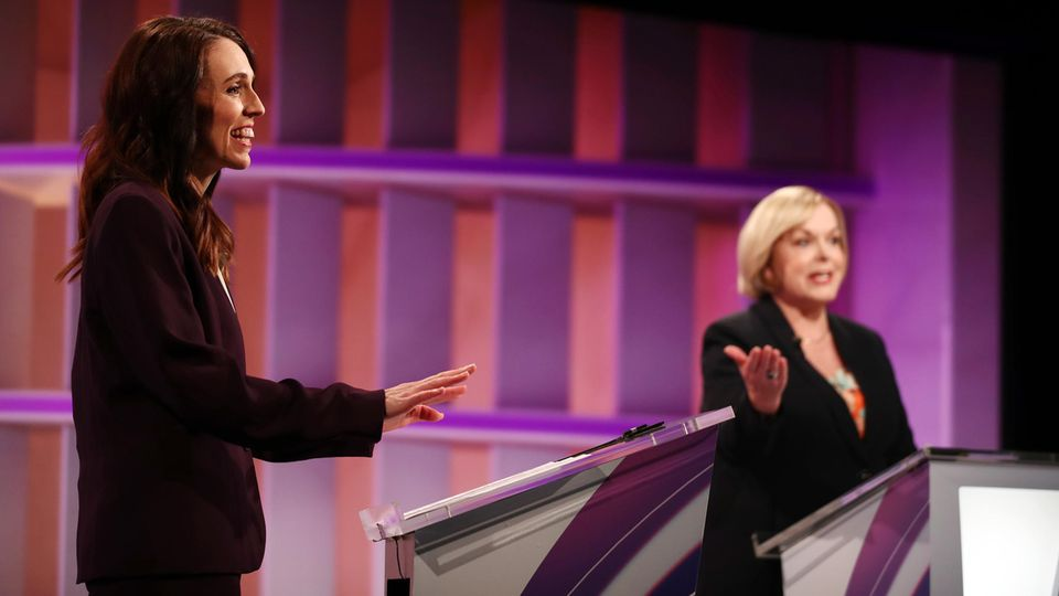 Premierministerin Jacinda Ardern (l.) und ihre HerausforderinJudith Collins bei einer TV-Debatte
