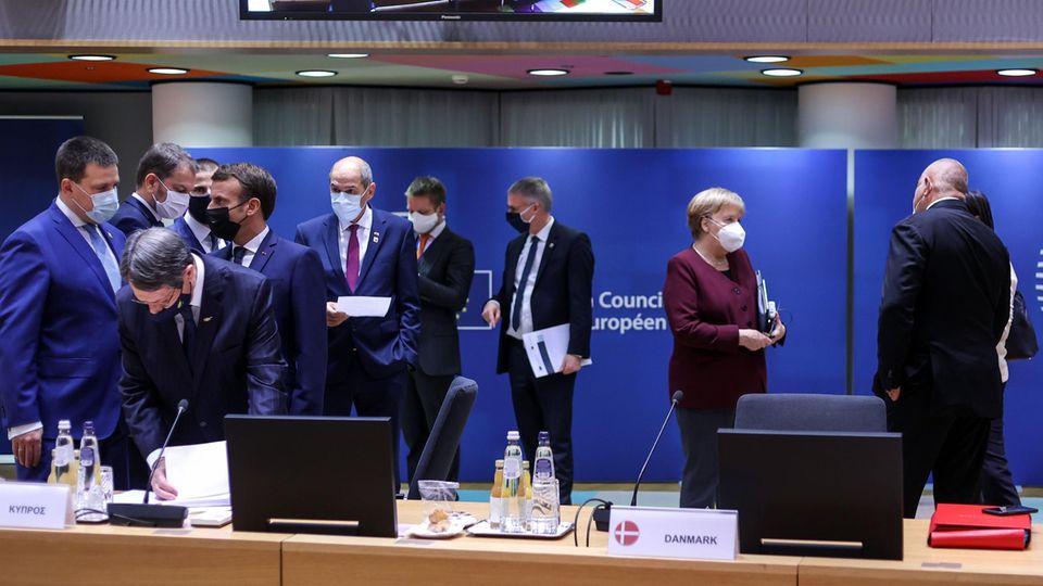 Staats- und Regierungschefs der EU, darunter Bundeskanzlerin Angela Merkel und Frankreichs Präsident Macron