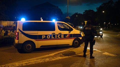 Polizisten ermitteln an einem Tatort nach einer Messerattacke