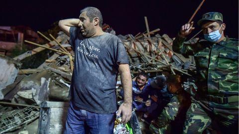 Aserbaidschanische Soldaten und Feuerwehrleute versuchen, Überlebende aus zerstörten Häusern in Ganja zu retten