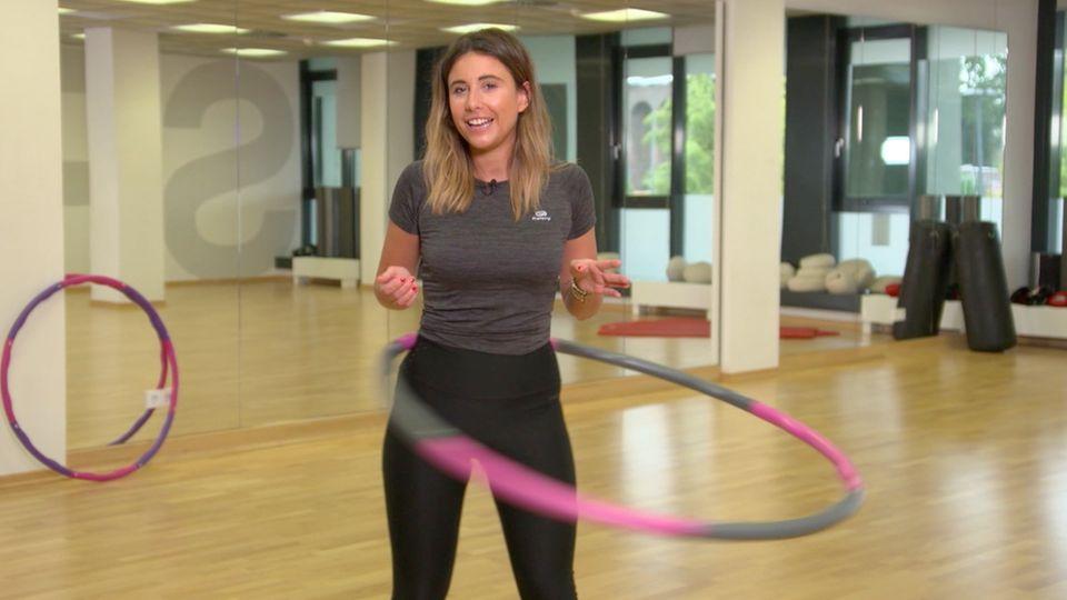 Gewichtsreduktion: Hula-Hoop-Fitness im Trend: So unterstützt Sie der Reifen effektiv beim Abnehmen