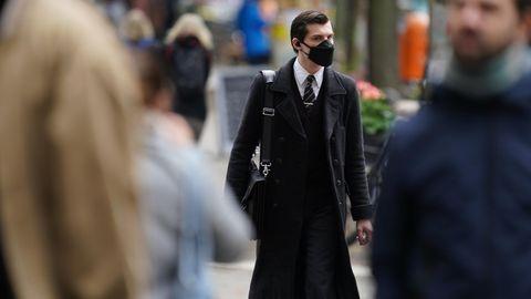 Berlin: Ein junger Mannträgt eineGesichtsmaske, während erim Bezirk Kreuzberg spaziert