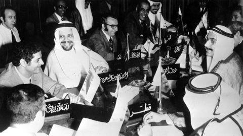 Ein Beschluss mit Folgen: Um Druck auf die (westlichen) Unterstützer Israels im Jom-Kippur-Krieg auszuüben, vereinbarten die arabischen Ölstaaten am 17. Oktober 1973 in Kuwait,ihre Fördermengen zu reduzieren. Der Ölpreis schoss – wie geplant –nach oben. Zunächst von etwa drei Dollar pro Barrel auf fünf Dollar, binnen eines Jahres sogar auf zwölfDollar. Der Ölpreisschock war da und veranlasste die Bundesregierung zu Reaktionen. Die wohl bekannteste: Vier autofreie Sonntage, an denen die Straßen leer blieben. Ihr direkter Effekt war wurde im Nachhinein zwar als gering bewertet, aber die Ölkrise führte langfristig zu einem Umdenken. Die Notwendigkeit eines verantwortungsvollen Umgangs mit Energieträgern drang mehr und mehr ins Bewusstsein.