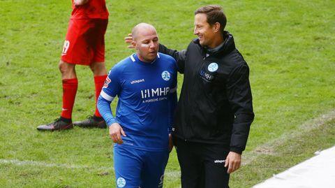 Kickers-Trainer Ramon Gehrmann bedankt sich bei Lukas Kling