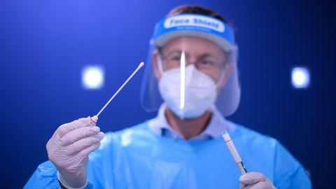 Dresden: Ein Arzt der Kassenärztlichen Vereinigung Sachsen hält einen Coronavirus-Test in den Händen