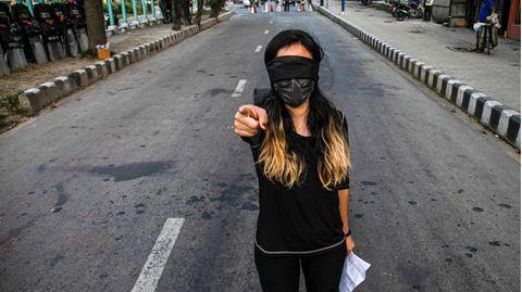 Kathmandu, Nepal: Eine junge Frau richtet sich anklagend zur Kamera. In Nepal haben Demonstrantenmit einem Flashmob auf die steigenden Vergewaltigungsfälle innerhalb des Landes hingewiesen.Daten der nepalesischen Polizei zeigen, dass im Geschäftsjahr 2019-20 2.144 Fälle von Vergewaltigung und 687 Fälle von versuchter Vergewaltigung gemeldet wurden – deutlich mehr als noch im vorigen Jahr.