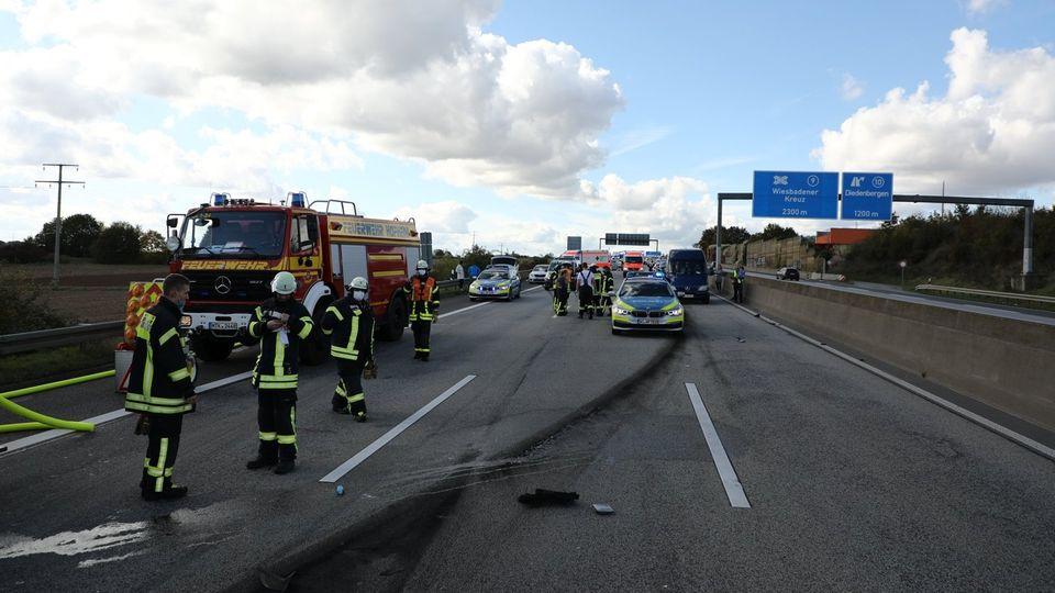 Feuerwehr- und Polizeifahrzeuge stehen nach einem Unfall auf der A66