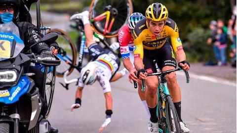sport kompakt: Wout Van Aert fokussiert, hinten geht Julian Alaphilippe über den Lenker