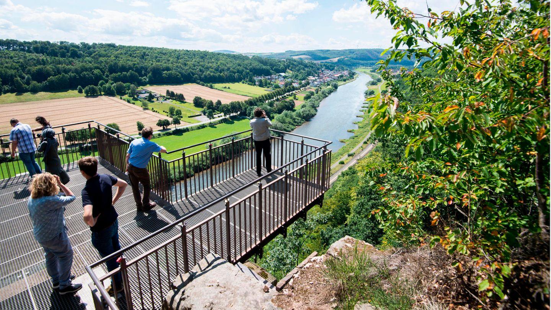 Nachrichten aus Deutschland: Touristen stehen auf dem Weser-Skywalk