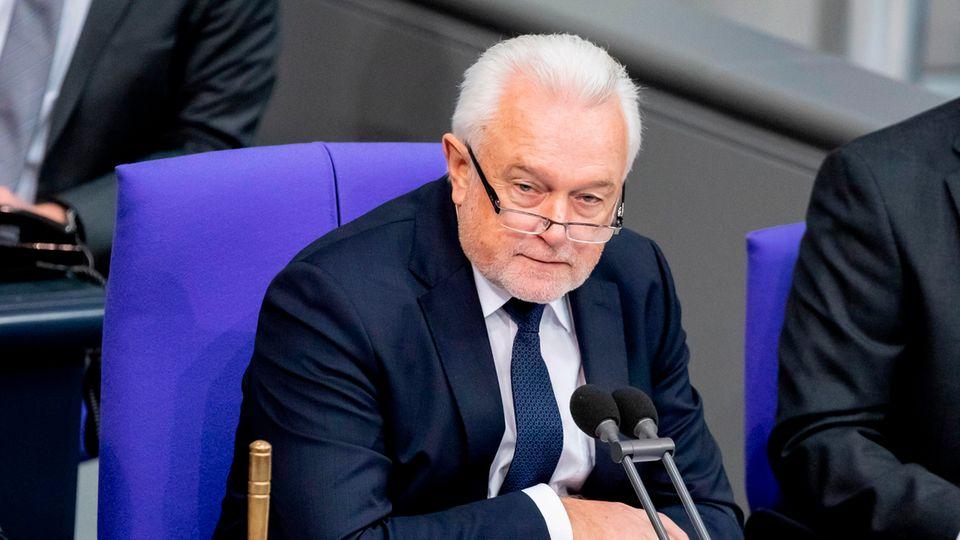 Wolfgang Kubicki - ein Mann mit weißem Mecki und Drei-Tage-Bart - sitzt auf einem blauen Stuhl im Bundestag