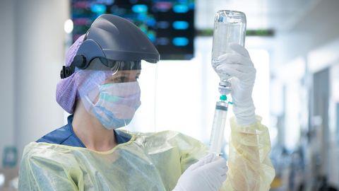 Eine Krankenpflegerin auf einer Corona-Intensivstation