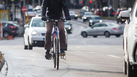 Ein Fahrradfahrer auf der Straße