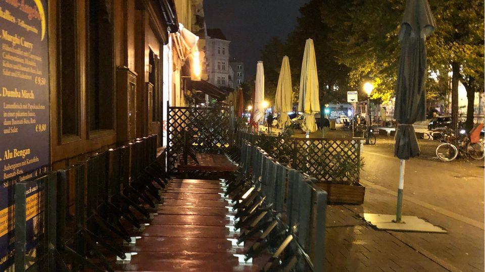 Im Schanzenviertel sind nach der Sperrstunde am Samstag die Tische hochgeklappt.
