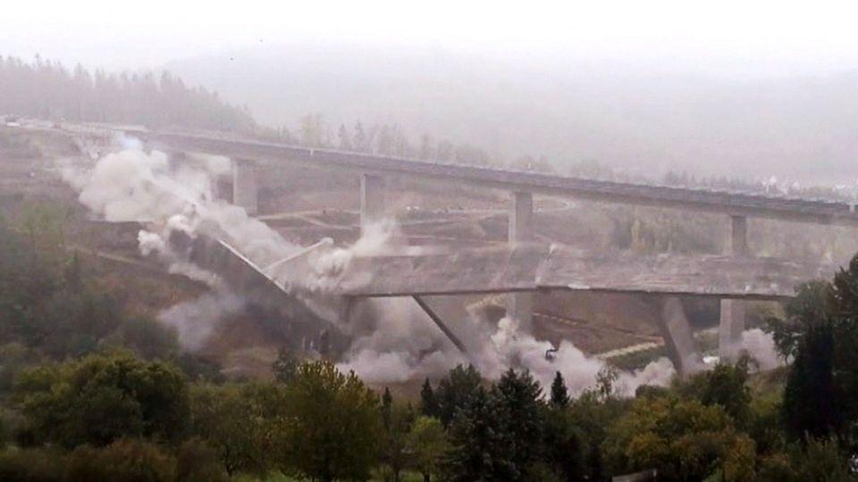 Brükensprengung: 12.000 Tonnen Beton stürzen mit einem Knall ins Tal