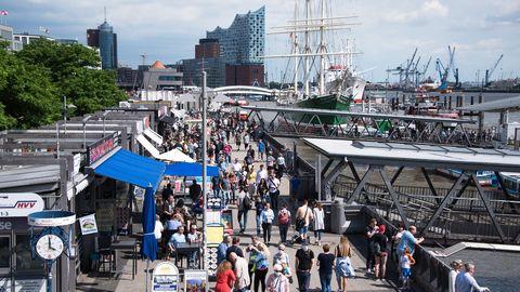 Viele Menschen schlendern über die Hamburger Landungsbrücken.