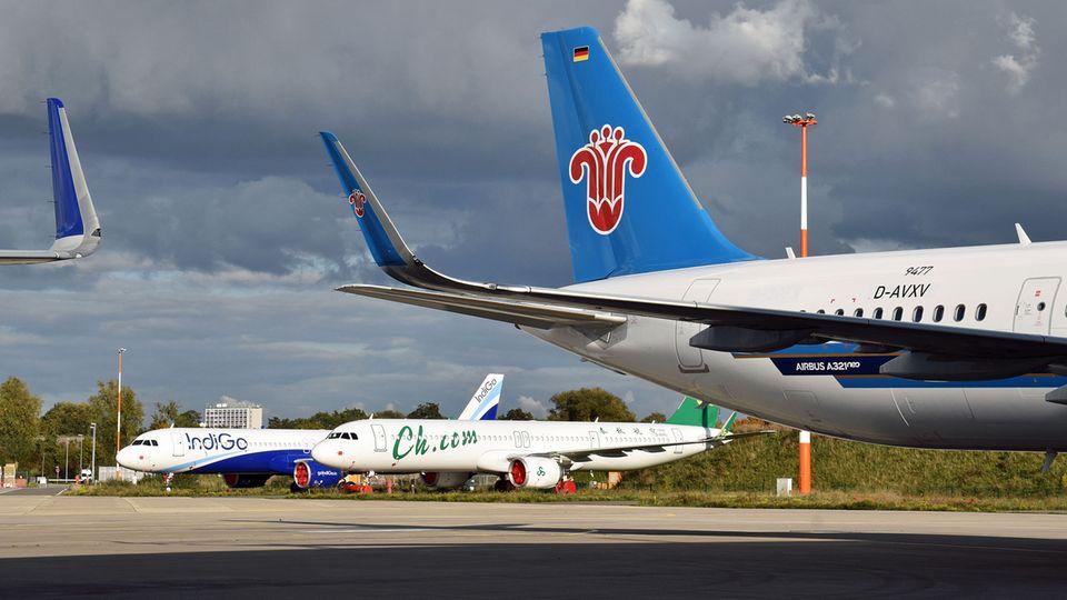 Bild 1 von 12der Fotostrecke zum Klicken:Auf dem Airbus-Gelände in Hamburg-Finkenwerder: Dutzende von fertigen Jets der A320-Familie warten auf die Auslieferung an die Airline-Kunden