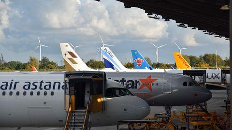 Die zehn Standplätze am 400 Meter langen Delivery Center sind alle besetzt. Im Hintergrund die Leitwerke von Jets für Starlux, Indigo, China Southern und Pegasus Airlines in der Türkei.