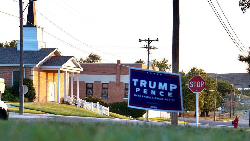Ein Trump/Pence Schild steht bei der Kirche der Baptistengemeinde