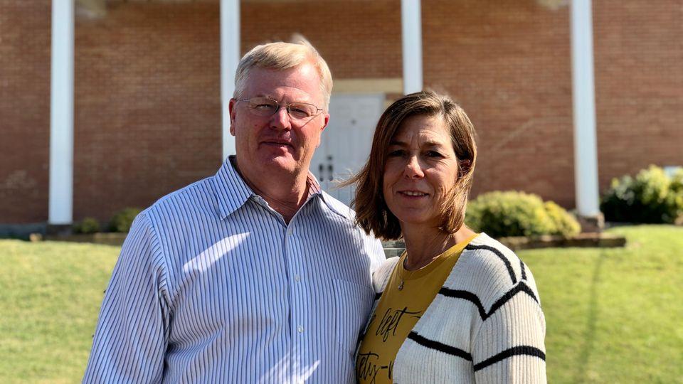 Monty und Dianne Wheeler vor der Kirche