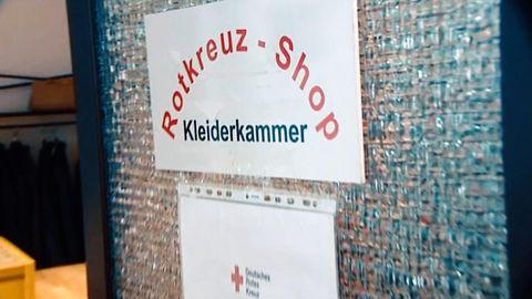 Der Eingang zu einer Kleiderkammer