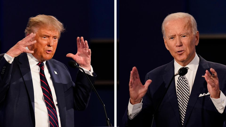 Links steht Donald Trump im dunklen TV-Studio und gestikuliert, rechts sein Herausforderer Joe Biden