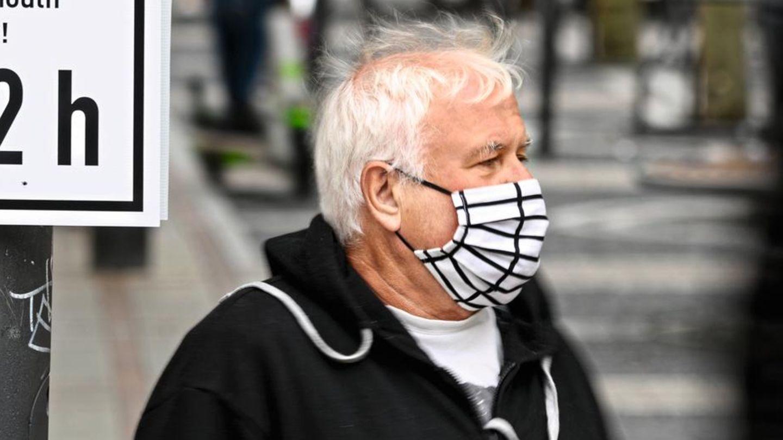 Coronavirus: Ein Mann trägt eine Maske (Symbol)