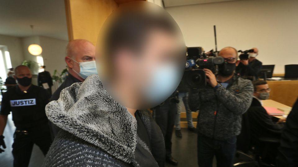 Der Hauptangeklagte betritt den Gerichtssaal im Landgericht Augsburg