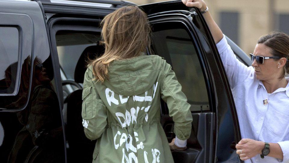 Melania Trump mit einer Statement-Jacke