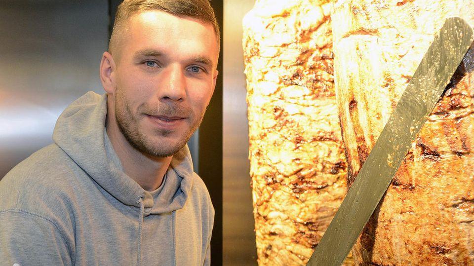 Lukas Podolski in seinem Dönerladen