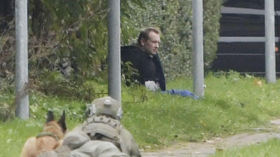 Peter Madsen wird von einer Einsatzkraft bewacht