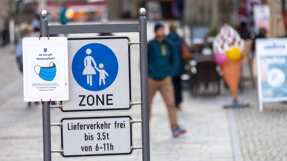 Berchtesgaden: Ein Schild mit der Aufschrift «Ab hier gilt Maskenpflicht!» hängt am Eingang der Fußgängerzone.