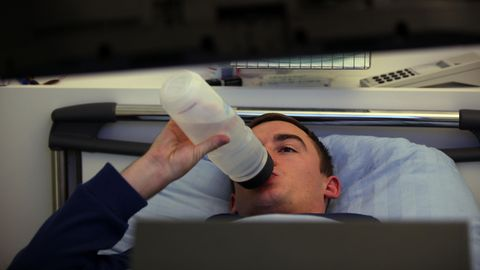 Ein Proband der Langzeit-Bettruhe-Studie des DLR im Jahr 2015 trinkt im Liegen