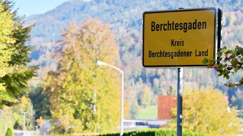 "Das Ortsschild ""Berchtesgaden - Kreis Berchtesgadener Land"" hängt am Eingang der Stadt"